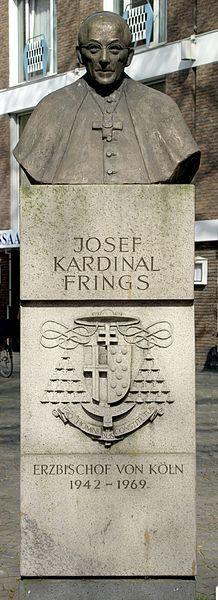 Büste von Kardinal Josef Frings auf einem Sockel mit seinem Wappen: Pro hominibus constitutus.