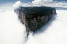 Monte Roraima, na Venezuela, parece um reino perdido. Cercado por nuvens, seu ponto mais alto chega a 2.810 metros. Acredita-se que essa seja a formação geológica mais antiga da Terra.