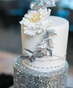 Hochzeitstorten silber From lace designs to gorgeous cake toppers, weve found wedding cake inspiration for every bride. Check them out to find your dream wedding cake. Beautiful Wedding Cakes, Gorgeous Cakes, Pretty Cakes, Cupcakes, Cupcake Cakes, Silver Wedding Decorations, Glitter Cake, Silver Glitter, Glitter Bomb