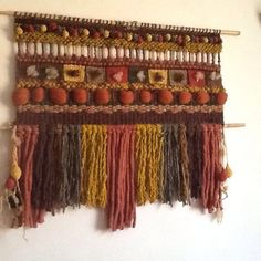 Telar mural decorativo  hecho con lana naturales chilenas por María Cristina mMarezco Weaving Projects, Weaving Art, Weaving Patterns, Loom Weaving, Tapestry Weaving, Wall Tapestry, Textile Fiber Art, Yarn Thread, Woven Wall Hanging