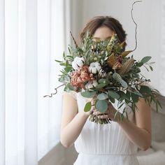いいね!380件、コメント1件 ― wedding designerさん(@takigawa.tsg)のInstagramアカウント: 「*as large as life* プロテアや綿花が入っていたり くねくね曲がった枝や 羽も入っていたり。 少しラスティックな要素が入った @kaku.tsg のセンスが光る秋冬らしい…」