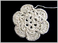 Flower crocheted with cotton thread.