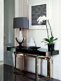 Contemporary console tables are essential to design pieces in any modern interior. This modern furniture is often found in entryways and hallway, the support fo Design Entrée, Deco Design, House Design, Design Trends, Lobby Design, Modern Interior Design, Modern Decor, Modern Entryway, Modern Interiors
