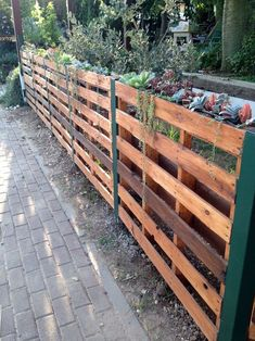 As an alternative, some homeowners use wood shipping pallets as the main materials to create a fence which is surprisingly so inspiring to copy. Here we share you some ideas which show you how to build a fence by only using some wood pallets. Wood Pallet Fence, Wood Pallets, Pallet Gate, Wooden Fences, Outdoor Pallet, Diy Garden Fence, Backyard Fences, Garden Ideas, Cheap Garden Fencing