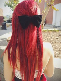 Dye your hair simple & easy to red hair color - temporarily use red hair dye to achieve brilliant results! DIY your hair red with hot red hair chalk Ruby Red Hair, Vibrant Red Hair, Dyed Red Hair, Long Red Hair, Dye My Hair, Colorful Hair, Bright Red Hair Dye, Black Hair, Dyed Hair