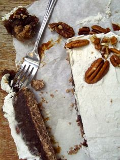 Salted Caramel and Vanilla Cream Pecan Pie cake - #raw and packed with healthy ingredients, this dessert tastes just like a pecan pie cheesecake!