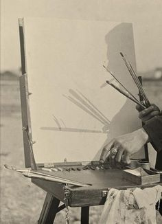 Antoni Arissa. Sin título. 1930-1936 He escogido esta imagen por la forma de completar el significado de la imagen con una sombra. Esta fotografía parece decirnos que cuando el artista comienza a pintar lo primero que pone en el lienzo es a sí mismo.