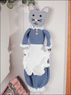 Free crochet pattern for cat bag holder… Crochet Kitchen, Crochet Home, Crochet Crafts, Crochet Yarn, Cute Crochet, Crochet Projects, Diy Bags Holder, Plastic Bag Holders, Plastic Bags