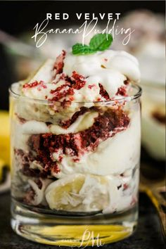Red Velvet Banana Pudding Recipe - Yes! Two Southern classic dessert recipes are combined for the ultimate mash-up. Red Velvet Banana Pudding Recipe - Yes! Two Southern classic dessert recipes are combined for the ultimate mash-up. Valentine Desserts, Strawberry Mousse, Low Carb Cheesecake, Unsweetened Chocolate, Dessert Recipes, Drink Recipes, Delicious Desserts, Trifle Desserts, Pudding Desserts