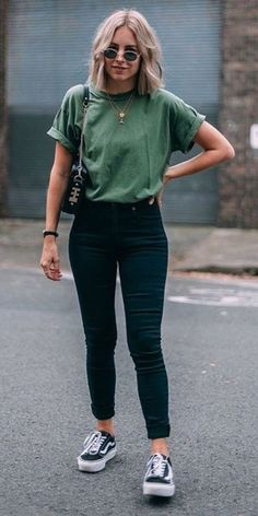 """Catchy Fall Outfits To Copy Right Now""""},""""dominant_color"""":"""" Kurze Mom Jeans, Camiseta Tommy Jeans und alle Star Branco. Kurze Mom Jeans und All Star BrancoKurze Mom Jeans und All Star BrancoMom Jeans und Converse All Star WeißMom Jeans. Spring Outfit Women, Cute Spring Outfits, Cute Casual Outfits, Winter Outfits, Casual Summer Outfits With Jeans, Cute Jean Outfits, Winter Clothes, Men Clothes, Simple Edgy Outfits"""