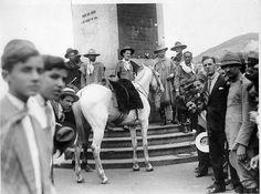 Gaúchos no obelisco da Avenida Rio Branco. Rio de Janeiro, 1930. (CPDOC/CDA Oswaldo Aranha)