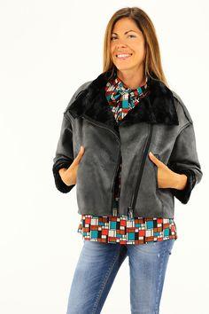 Montone in fake fur con zip laterale a doppio cursore e tasche. Manica con risvolto. COLORE: MD149 REPARTO: Abbigliamento STILISTA: MANILA GRACE