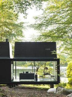 Kochen und Essen in puristischem Design mit unschlagbarer Aussicht auf den verwilderten Garten