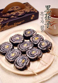 흑임자 찰편꼬지   Bakingschool.co.kr Korean Rice Cake, Korean Sweets, Korean Dessert, Korean Food, Spicy Recipes, Asian Recipes, Asian Foods, Korean Dishes, Asian Desserts