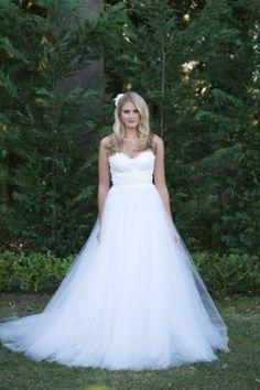 Detalhes no busto do vestido de noiva deixam o modelito ainda mais deslumbrante. Essa saia em tule ficou perfeita.