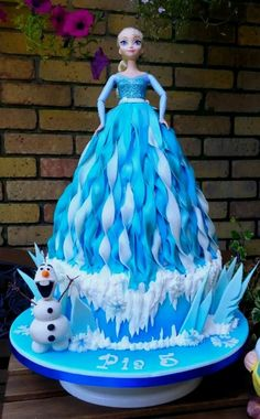 Elsa/ Frozen Doll Cake - cake by Pearly Cakes - CakesDecor Frozen Doll Cake, Torte Frozen, Elsa Torte, Elsa Doll Cake, Frozen Theme Cake, Frozen Dolls, Tarta Frozen Disney, Bolo Frozen, Disney Frozen Party