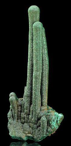 Название «малахит» произошло от древнегреческого слова malakos — мягкий. Другие названия минерала и его разновидностей: плисовый малахит, атласная руда, павлиний камень, медная зелень. Окраска минералов бывает изумрудно-зеленой, голубовато-зеленой, темно-зеленой, черно-зеленой. Кристаллы — непрозрачные. Блеск — шелковистый, стеклянный.