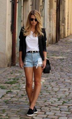 белая футболка, джинсовые шорты и черные слипоны