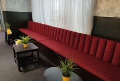 Banco a medida tapizado, con tela de fácil mantenimiento. Sofa, Couch, Furniture, Home Decor, Banks, Fabrics, Sofas, Home Furnishings, Interior Design
