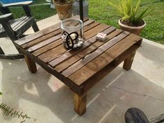 Pallet Outdoor Furniture Get ready to furnish your outdoor and indoor with these amazing pallet table projects Pallet Yard Furniture, Wood Pallet Tables, Pallet Home Decor, Wooden Pallet Projects, Pallet Ideas, Furniture Projects, Furniture Plans, Pallet Seating, Pallet Bench