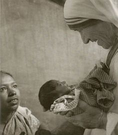 Mother Theresa : Juxtaposition, find the rule fo thirds too. Mother Angelica, Mother Teresa, Saint Teresa Of Calcutta, Angels Among Us, Catholic Saints, Great Women, Blessed Mother, Historical Photos, Strong Women