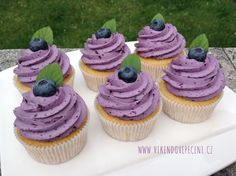 Borůvkové cupcakes Brownie Cupcakes, Fondant Cupcakes, Mini Cupcakes, Sweet Recipes, Cheesecake, Cake Pops, Sweets, Food And Drink, Baking