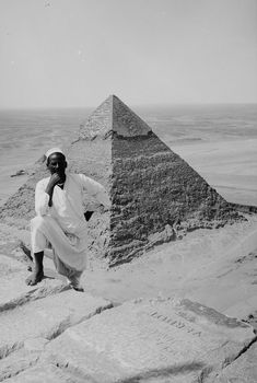 Photographs of the Pyramids of Giza taken at the height of colonialism show tourists climbing the massive structures and offer more insight into the evolution of tourism in Egypt. Ancient Egypt Art, Old Egypt, Ancient History, Egypt Tourism, Egypt Museum, Rare Historical Photos, Great Pyramid Of Giza, Pyramids Of Giza, Egyptian Art
