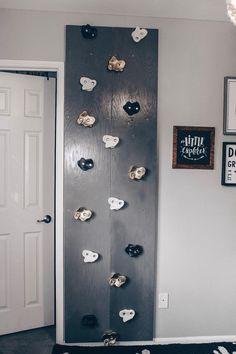 DIY : Rock Climbing Wall - Be You Blog Toddler Climbing Wall, Kids Rock Climbing, Indoor Climbing Wall, Rock Climbing Walls, Rock Wall, Toy Rooms, Baby Bedroom, Diy Wall, Decoration