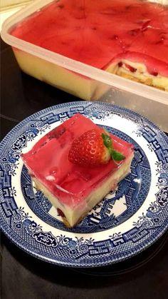 Δροσιστικό γλυκό ψυγείου με φράουλες .Εύκολα, γρήγορα, και νόστιμα με ελάχιστα υλικά!!!! Greek Desserts, Cold Desserts, Sweets Cake, Jello, Chocolate Cake, Biscuits, Sweet Tooth, Cheesecake, Cupcakes