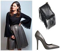 Look para Nochevieja compuesto de falda midi de lentejuelas y top negro con manga larga acampanada. Combínalo con unos stilettos en color plomo y este bolso de flecos.