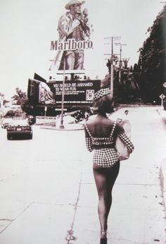 Here's a little throwback Naomi Campbell makes her way up Marmont Lane towards Chateau Marmont. With the famous now defunct Marlboro man. Vintage Photography, Fashion Photography, Sean Parker, Malboro, Marlboro Man, Herb Ritts, Chateau Marmont, Ellen Von Unwerth, Sunset Strip