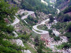 Colle della Lombarda (Col de Lombarde) to mało znana przełęcz usytuowana w zachodniej części Włoch. Jest popularna wśród rowerzystów i motocyklistów ze względu na piękne widoki i stosunkowo niewielki ruch.