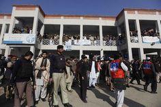 Instituição de ensino fica a poucos quilômetros de Peshawar, onde insurgentes atacaram uma escola deixando 150 mortos, em dezembro de 2014