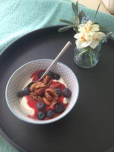 Morgenmad på sengen. Lækker skyr med jordbærsovs, nødder og blåbær serveret på rund SEJ Design bakke.
