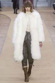Chloé Fall 2016 Ready-to-Wear Collection Photos - Vogue Chloe Fashion, Fashion Week, Runway Fashion, High Fashion, Fashion Show, Fashion Design, Paris Fashion, Françoise Hardy, Fleece Pullover
