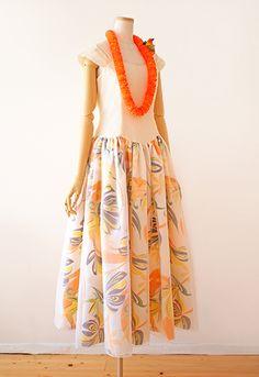 フラドレス36です。朝の微睡(まどろ)み。  朝の陽射しに目を覚まし、 今日が休日だった事に気付く。 さあ、もう少し眠ろうか。 ・・・ そんな、心地よさを感じる どこまでも優しいフラドレス。 ・・・ 続きは夢で逢いましょう。 Sewing Tips, Sewing Hacks, Hawaiian, Tutorials, Island, Summer Dresses, Patterns, Clothes For Women, Skirts