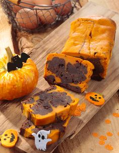 Halloween cake with pumpkin and dark chocolate: discover the cooking recipes of Femme Actuelle Le MAG - Halloween Torte, Halloween Desserts, Chocolat Halloween, Indian Cake, Cake Recipes, Dessert Recipes, Quick Dessert, Halloween Chocolate, Savoury Cake