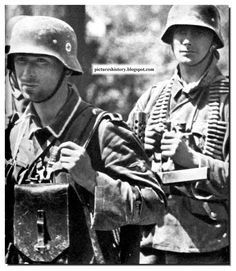 Waffen SS troops on the March German Soldiers Ww2, German Army, Military Photos, Military History, Luftwaffe, World History, World War Ii, Germany Ww2, German Uniforms