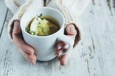 L'hiver approche, c'est le moment de booster ses défenses immunitaires pour rester en forme. Équilibrez votre assiette avec des produits de saison et des herbes aromatiques antivirales, comme le thym, le gingembre, la cannelle ou le serpolet.