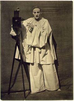 Надар высмеивал новую моду на фотопортреты и умножение числа фотоателье, но вскоре сам открыл портретную фотомастерскую на улице Сен-Лазар