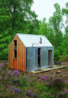 """This Scottish micro-cottage is certainly the smallest residence of artists in the world. But charm and comfort aside, nothing is missing for the happiness of his guests in search of nature and inspiration. By Catherine Ardouin Une cabane rudimentaire mais confortable - Marie Claire Maison"" 