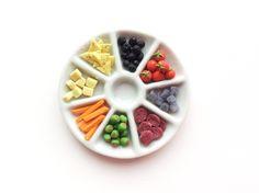 Plateau apéritif minature fimo / fromage / olive / saucisson / légumes / sauce / vernis / pastel sec / vaisselle miniature