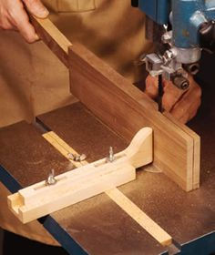 Bandsaw Resawing Guide This resawing guide lets you correct for blade drift, and you can build it from parts you probably have lying around your shop. Woodworking Bandsaw, Woodworking Workshop, Woodworking Projects, Bandsaw Projects, Wood Projects, Wood Tools, Diy Tools, Woodworking Essentials, Wood Jig