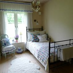Such a pretty guest room - from Mias Landliv  #cottage #cabin