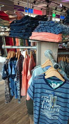 #Kledingwinkel ingericht met #steigerbuis en #buisklemmen.  #kledingrek #aluminium #doehetzelf #staal