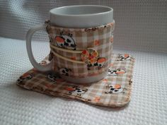 Mug Rug Mug Rug Patterns, Coffee Cup Sleeves, Quilting, Mug Cozy, Creative Embroidery, Mug Rugs, Fabric Scraps, Pot Holders, Coasters