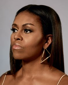 A portrait series for The New York Times Style Magazine featuring Michelle Obama. Captured by photographer Collier Schorr. See the shoot below: Magazine: T Style Model: Michelle Obama Ph: Collier Schorr Colors For Dark Skin, Hair Color Dark, Cool Hair Color, Dark Hair, American First Ladies, Gloria Steinem, Barack And Michelle, Influential People, Estilo Fashion