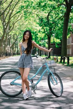 Sunny Governor's Island - With Waikei Bicycle Women, Bicycle Girl, Bicycle Pictures, Cut Out Jeans, Cycling Girls, Women's Cycling, Cycling Jerseys, Outfits Damen, Cycle Chic