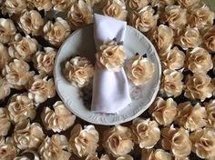 Porta guardanapos flor de cetim.  Confeccionamos na cor de sua preferência!  Flores com folhas na decoraçao e fita de cetim como prendedor de guardanapo.