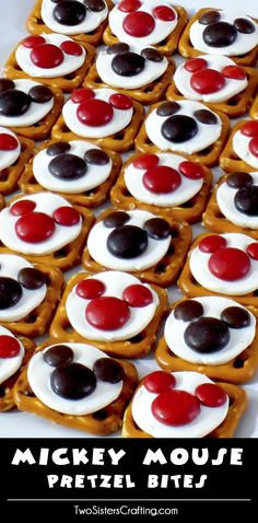 Our easy to make Mickey Mouse Pretzel Bites are yummy bites of sweet and salty goodness. Perfect for a Mickey Mouse Birthday Party or as an any time treat for that Disney fan in your life. For more g (Cool Easy Birthday) Disney Snacks, Disney Food, Disney Cars, Disney Themed Food, Disney Recipes, Mickey Mouse Torte, Mickey Mouse Food, Mickey Cakes, Mickey Mouse Desserts